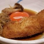 103927467 - ⑬黒毛和牛串揚げのすき焼き仕立て                         ややしっとりと揚げられた和牛サーロインをすき焼きの具材と盛り付けます。                         混ぜ混ぜして大分県の地鶏の卵を絡めて頂くと円やかで旨さが1段階向上しますね♪