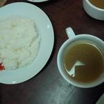 洋食マルヤ - コンソメスープとご飯