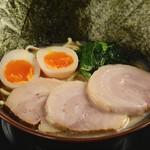 横浜家系ラーメン 丸岡商店 - 料理写真: