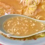103943399 - スープに生ニンニクが浮いている