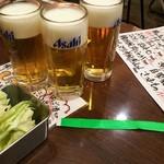 串カツ 串坊 - 無制限飲み放題リストバンド 2000円、緑色のリストバンドを手首に巻きます