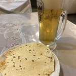 プラシッダ - スペシャルセットのパパドと生ビール