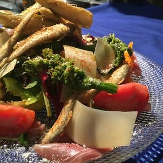 メインに負けないくらいフレッシュな野菜をたっぷり盛ったひと皿