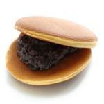 由布院 鞠智 - 【菓子舗】自家製の焼き立てどら焼き。土日祝は焼き立てをすぐにお渡しできます。ふわふわの皮に、大納言小豆のあんこが絶品です。