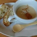 ターボラディジロ - 料理写真:ポタージュとガーリックパン