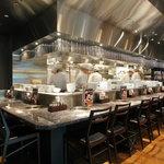 焼肉チャンピオン - 【カウンター席】オープンキッチンに対面しているカウンター席は、当店の特等席です。