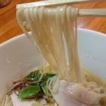 極汁美麺 umami - 「地鶏魚貝塩」の麺のアップ