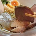 極汁美麺 umami - 「地鶏醤油」+「得製」の豚肩ロースレアチャーシューのアップ