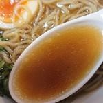 極汁美麺 umami - 「地鶏醤油」のスープのアップ