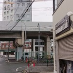 極汁美麺 umami - 外観(お店は近鉄奈良線の高架のすぐ横にあります)