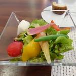 ビストロ ダイア - サラダが添えられています