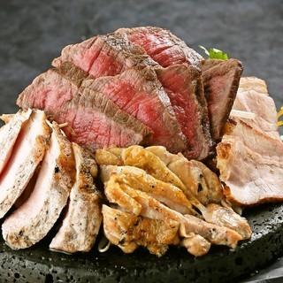 あつあつジューシーな芋蔵自慢の上質肉全部のっけ盛り!
