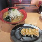 北海道らーめん 北の恵み - 暫く待つと注文したあさり味噌ラーメンのミニ餃子セット1200円の完成です。