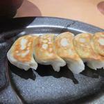 北海道らーめん 北の恵み - ミニ餃子セットは5個で250円。  表面をパリッと焼かれた美味しい餃子です。