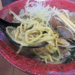 北海道らーめん 北の恵み - あさりの旨みと美味しい味噌ラーメンのスープが独特の麺と絡んでとても美味しいラーメンに仕上がってました。