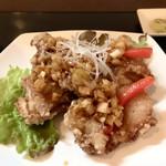 四川麻婆専家 辣辣 - 油淋鶏アップ  皮はパリッと中は柔らかジューシー 酸味が絶妙な葱ソース 美味しいんです♬