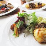 ザ・カフェ - 手前:ハンバーグ、マカロニサラダ、フグとカサゴの唐揚げ(多分)←かじったら骨だらけ…w