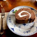 104034432 - ふかふかロールケーキ。大きい。フォークは食事用の大きいやつなのだ。