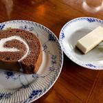 104034433 - 遠近法ではない。ロールケーキが巨大なのだ。