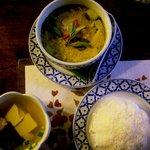 クンメー2 - ゲンキョウワン(鶏肉のグリーンカレー)&スープ&カーオ(ジャスミンライス)