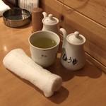 酒えん 第二章 - お茶、おしぼり、テーブルセット