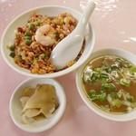 104049970 - 炒飯。スープとザーサイ付き。
