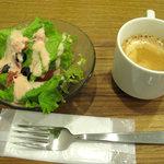 ピザレボ - 明太子ドレッシングのサラダとホットコーヒーです。