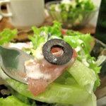 ピザレボ - 生ハムとブラックオリーブの前菜風サラダは嬉しい♪