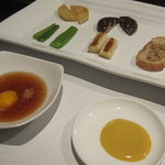 ふじさき屋 - 焼き野菜と、ガーリックトースト。タレは創業当時から同じ、ポン酢に鶉の生卵とマスタード。