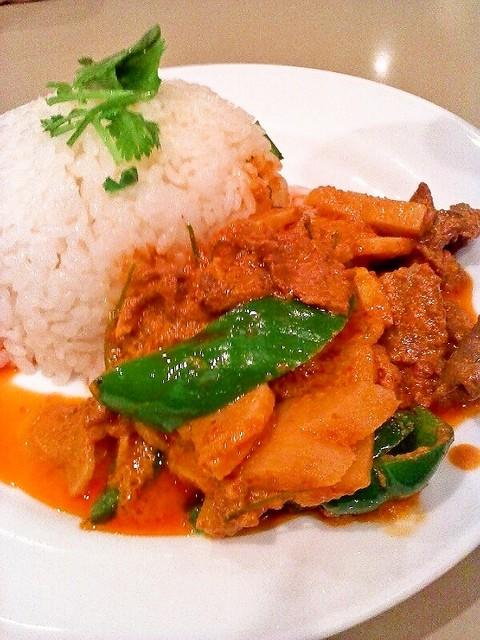 タラ - 牛肉と竹の子の赤カレー掛けご飯 735円