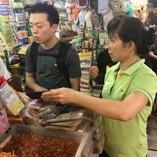 料理長が現地ベトナムで食材を調達