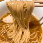 松戸中華そば 富田食堂 - 中華そば(醤油)の麺リフトアップ