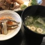 とり勝 - 小鉢と味噌汁