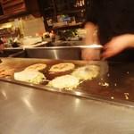 弁兵衛 - お好み焼き製造過程