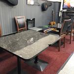 カフェバル リバーサイド - 店内テーブル席