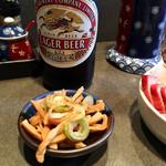 支那そば めでた屋 - 瓶ビール500円、サービスのメンマ