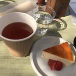 アルキペラゴ - 料理写真:アールグレイティーとスフレチーズケーキ