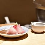 日本橋海鮮丼 つじ半 - 【ぜいたく丼 松@税込1,980円】鰤 ゴマだれ:登場時