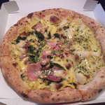 10411074 - ハーフ&ハーフ【5種類のチーズのピッツァ】と【ベーコンとホウレン草のキッシュピッツァ】(30cm)でございます
