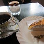 10411885 - ブレンドとベークドチーズケーキ