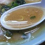 西山家 - 脂多めで注文したスープ