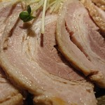 らぁめん真 - 「カレーちゃーしゅーつけ麺(大盛400g)」の豚バラチャーシューのアップ