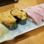 酒と魚 希唯 - 生うに寿司(2貫) 480円と天然ブリにぎり寿司(3貫) 380円