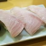 酒と魚 希唯 - 天然ブリにぎり寿司(3貫) 380円
