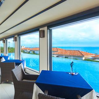島の海を一望しながら上質なサービスを満喫する贅沢空間。