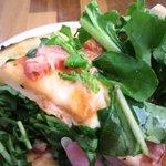 カフェレストラン ラヴィータ - ピッツアのアップ、実はかなり熱い(笑)