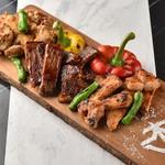 KUJIRA - 料理写真:グリルしたチキン、ポーク、ビーフと野菜を盛った贅沢な一皿。 みんなでシェアできるボリュームです