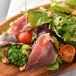 KUJIRA - 1からシェフが考案した美味しいドレッシングを新鮮なシャキシャキ野菜と生ハムにかけました。アクセントにクルミを使用しています。