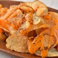 KUJIRA-カリカリに揚げたチップスにトリュフチーズソースをふんだんにかけた贅沢な一品。