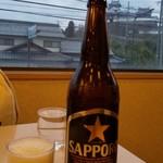 中国料理 朋友 - 瓶ビール 大瓶 サッポロ黒ラベル 窓からは福知山城